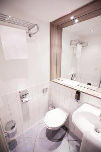 A bathroom at Manhattan Hotel