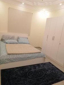 Cama ou camas em um quarto em (شقق الورود (الفخامة والتميز