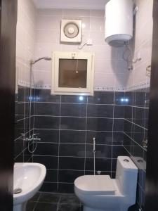 Um banheiro em (شقق الورود (الفخامة والتميز