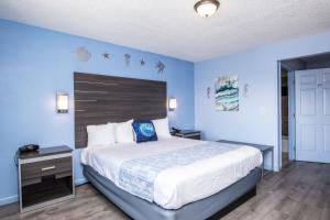A bed or beds in a room at Aqua Breeze Inn