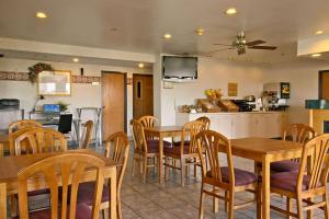 A restaurant or other place to eat at Baymont by Wyndham Tuscola