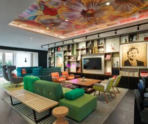The lounge or bar area at citizenM Amstel Amsterdam