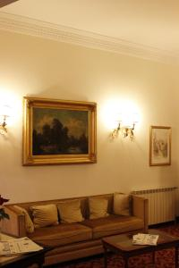 A seating area at Hotel Genio