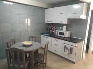 A kitchen or kitchenette at Apartamentos Rocamar el Medano