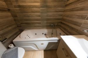 A bathroom at Hotel Parthenon Rodos city