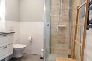 A bathroom at Apartamenty Oliwa
