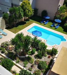 Vista sulla piscina di Nicolas Studios & Apartments o su una piscina nei dintorni