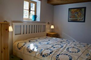 A bed or beds in a room at Ferienwohnung Schönwörth