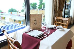 A restaurant or other place to eat at Santarem Hotel