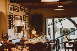Um restaurante ou outro lugar para comer em Hotel Casa da Nora