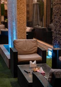 Um restaurante ou outro lugar para comer em La Perla Hotel