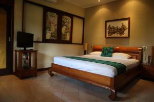 A bed or beds in a room at Pondok Agung Bed & Breakfast