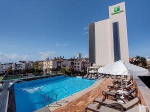 Piscina de la sau aproape de Holiday Inn Antalya - Lara, an IHG Hotel