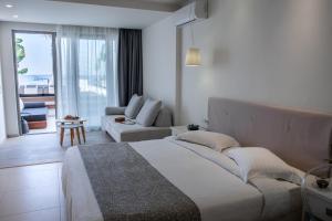 Een bed of bedden in een kamer bij Iperion Beach Hotel