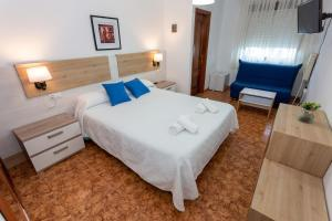 A bed or beds in a room at Pension Restaurante Merendero