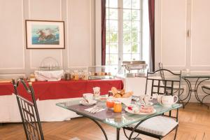 A restaurant or other place to eat at Hôtel Chateau Golf des Sept Tours by Popinns