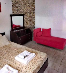 A seating area at Deja-Vu Apartments
