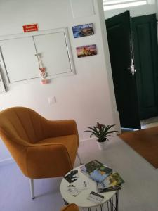 A seating area at São Pedro Guest House