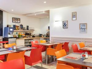 A restaurant or other place to eat at Aparthotel Adagio Access Nice Acropolis