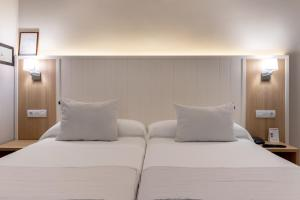 A bed or beds in a room at Hotel Artaza