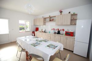 A kitchen or kitchenette at Casa din Deal