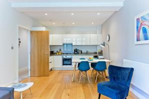 A kitchen or kitchenette at Highbury Holloway - BOOK for Summer
