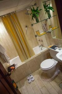 A bathroom at BTH Hotel Lima Golf