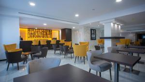 Um restaurante ou outro lugar para comer em QH Praia de Quiaios
