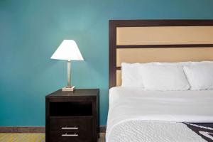 A bed or beds in a room at La Quinta by Wyndham Durant