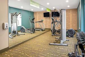 The fitness center and/or fitness facilities at La Quinta by Wyndham Durant
