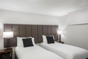 A bed or beds in a room at Peppers Beacon