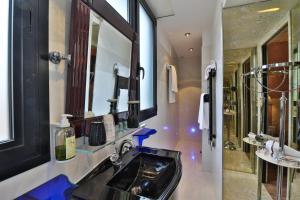A bathroom at Hotel Le Meurice