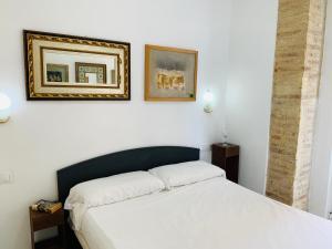 Un pat sau paturi într-o cameră la Serrano Park