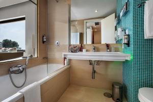 A bathroom at Pestana D. João II Beach & Golf Resort