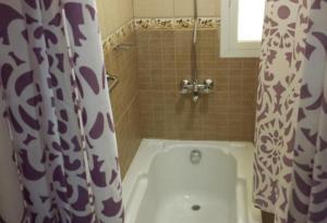 Um banheiro em اصال حائل للوحدات السكنية المفروشة