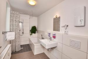 A bathroom at Hostel am Niederfeldsee