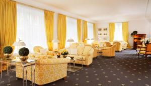 A seating area at Hotel Bayerischer Hof