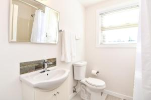 A bathroom at Chateau Riverside