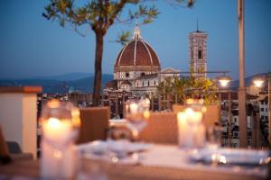 Un restaurante o sitio para comer en Grand Hotel Baglioni