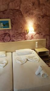 Een bed of bedden in een kamer bij Vasilis studios 2