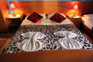 A bed or beds in a room at Hotel Parlamenti