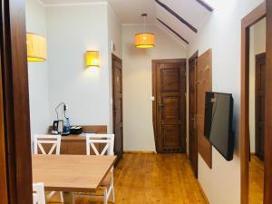 Televízia a/alebo spoločenská miestnosť v ubytovaní Gościniec Król Sielaw