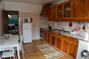 A kitchen or kitchenette at Casa da Meã