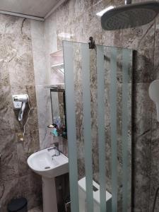 Um banheiro em Gold Hotel Quba