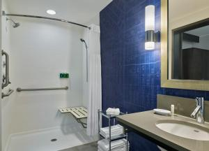 A bathroom at SpringHill Suites by Marriott Denver Downtown