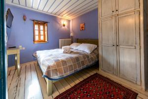 Een bed of bedden in een kamer bij Archontiko Dilofo