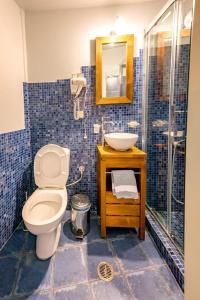 Een badkamer bij Archontiko Dilofo