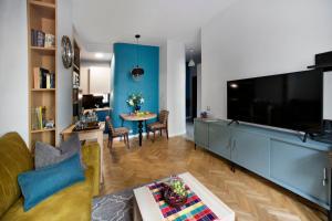 Telewizja i/lub zestaw kina domowego w obiekcie Blue City P&O Serviced Apartments Bialobrzeska