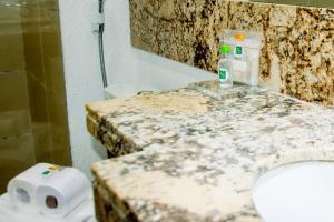 A bathroom at Quality Suites Natal Ponta Negra