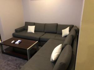 Uma área de estar em Stars Home Suites Hotel - Al Hamra